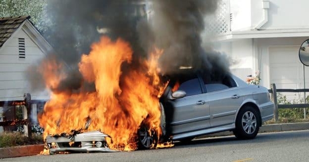 Aizdegusies automašīna