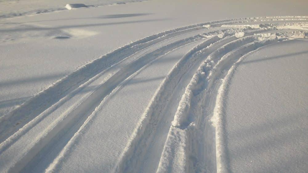 Sniegā iebraukts ceļš